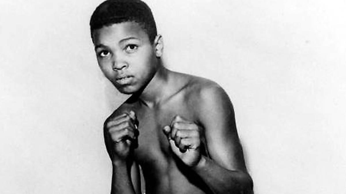 1954: Aus Wut über den Diebstahl seines Fahrrads beginnt Ali im zarten Alter von zwölf Jahren mit dem Boxtraining. Sein Coach ist Joe Martin, ein Polizist aus Louisville/Kentucky. Für seinen Debütkampf als Amateurboxer erhält er eine Gage von sage und schreibe vier Dollar