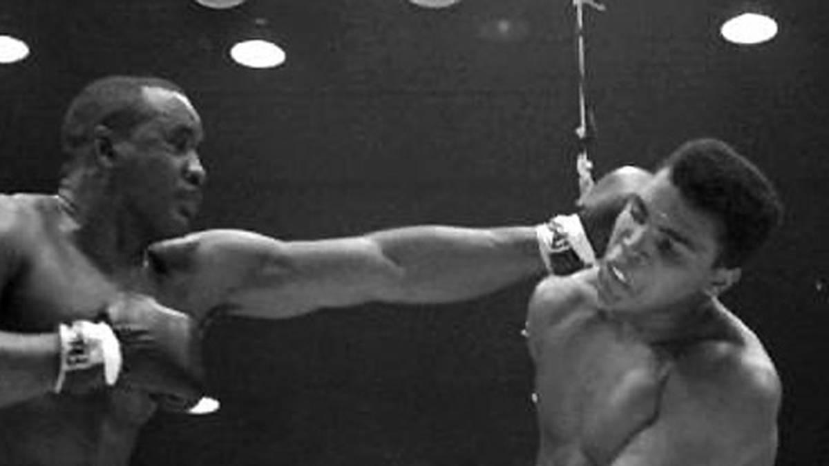 """""""Der Mann kann nicht sprechen. Der Mann kann nicht kämpfen. Der Mann braucht Sprachunterricht. Der Mann braucht Boxunterricht. Und wenn er gegen mich kämpft, braucht er Fallunterricht"""", klopft Ali schon im Vorfeld munter Sprüche. Und tatsächlich: Liston gibt nach der sechsten Runde auf, Ali ist Weltmeister"""
