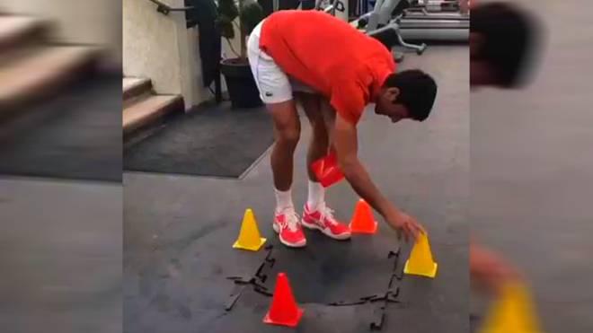 Novak Djokovic hat beim Training vor den French Open ein Loch in den Boden gemacht