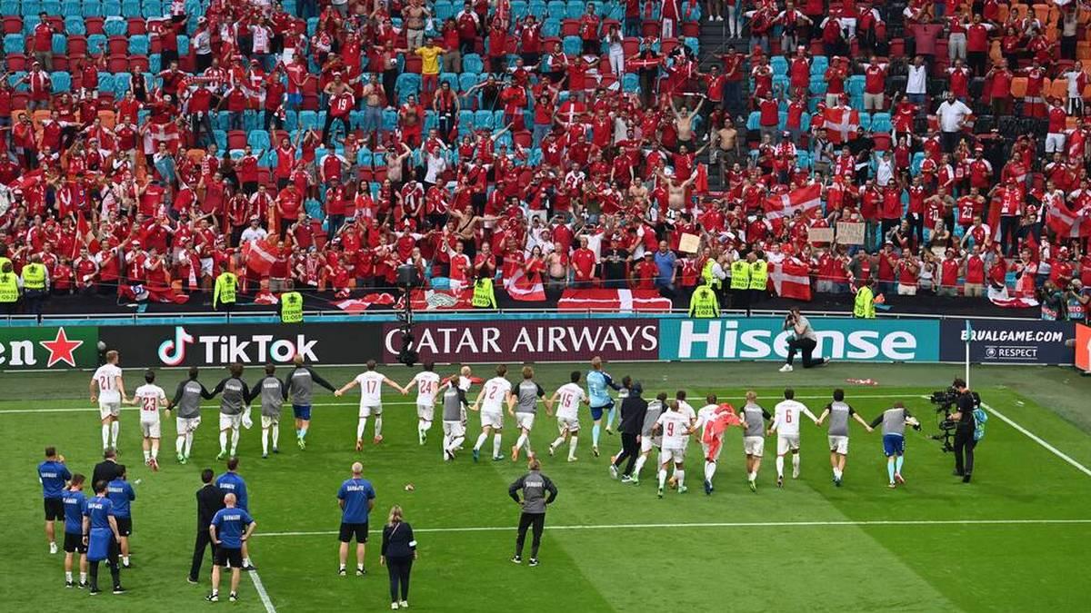 Dänemark feiert mit seinen mitgereisten Fans den Sieg gegen Wales