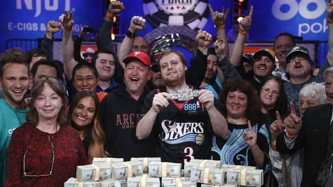 Joe McKeehen (M.) gewann 7,6 Millionen Dollar im Allen-Iverson-Trikot