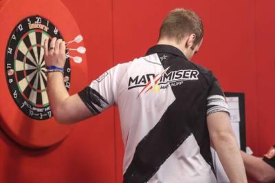 Max Hopp kassiert beim World Cup of Darts eine üble Klatsche. Gemeinsam mit Gabriel Clemens rettet er Deutschland aber ins Viertelfinale.