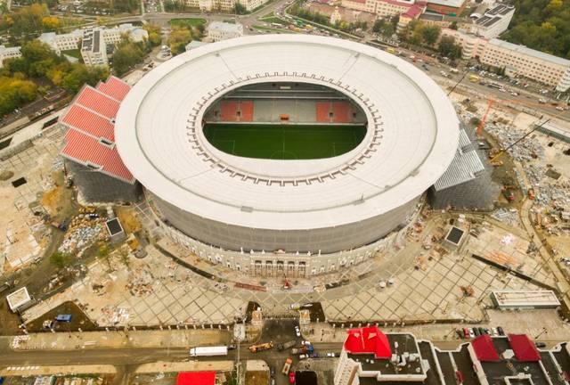 Weil ein WM-Stadion mindestens 35.000 Zuschauern Platz bieten muss, wird die Arena in Jekateinburg derzeit mit zwei Zusatztribünen erweitert