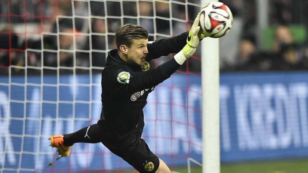 Wohl eines der Highlights seiner Karriere: Mitchell Langerak hält im DFB-Pokal Halbfinale 2015 gegen Bayerns Mario Götze den entscheidenden Elfmeter und zieht mit dem BVB ins Finale ein.