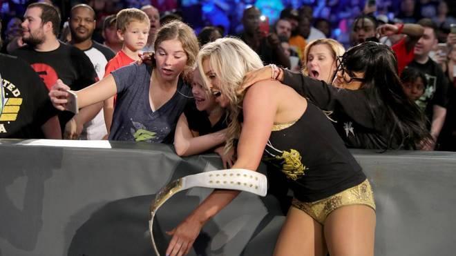 Charlotte Flair (vorn) wurde bei WWE SmackDown Live von einem falschen Fan angegriffen