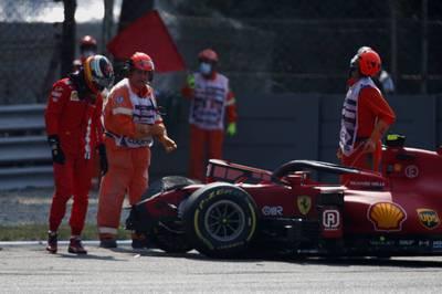 Carlos Sainz kracht beim freien Training in die Streckenbegrenzung. Lewis Hamilton ist der schnellste Pilot.