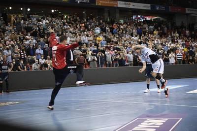 Am 2. Spieltag der Handball-Bundesliga wird es in Flensburg dramatisch. Eine Rote Karte und ein Siebenmeter in letzter Sekunde stellen das Spiel auf den Kopf. Kiel nutzt das.