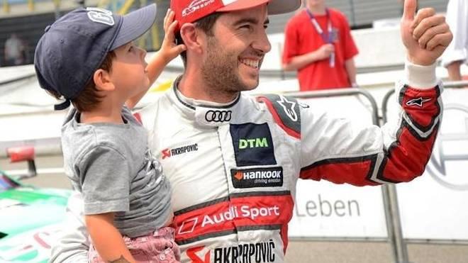 Mike Rockenfeller feierte im Parc Ferme mit einem seiner Kinder im Arm