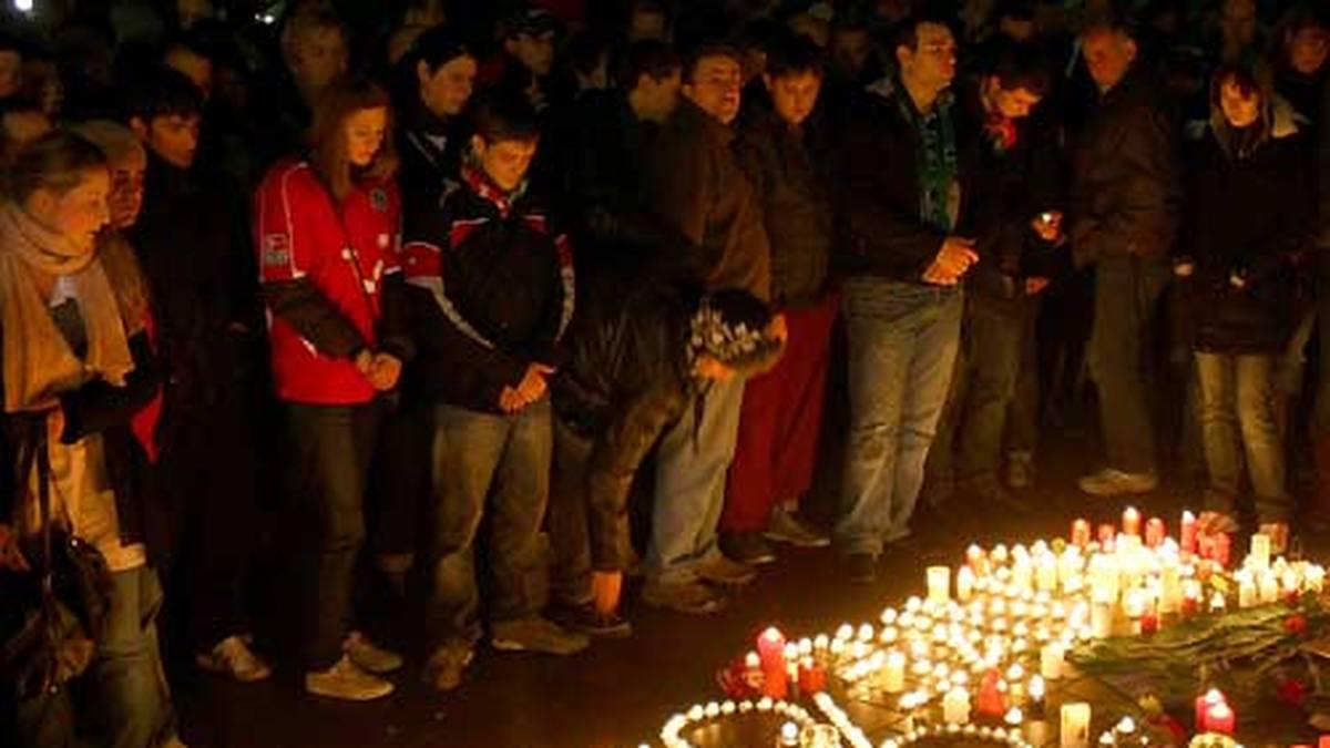 Bereits wenige Stunden nach Enkes Tod kamen Hunderte Fans an der Geschäftsstelle von Hannover 96 zusammen und trauerten gemeinsam