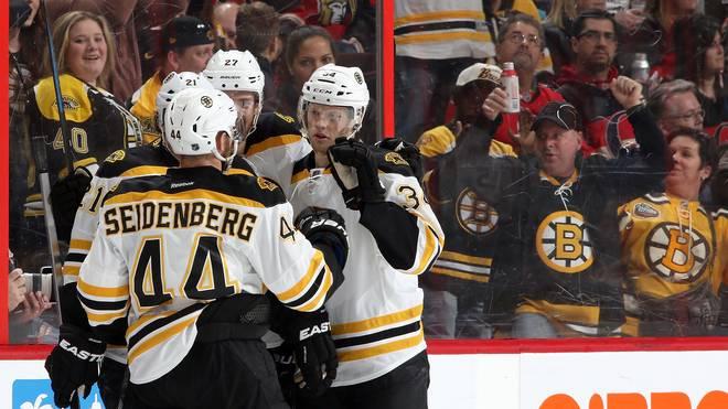 Dennis Seidenberg freut sich über ein Tor der Boston Bruins