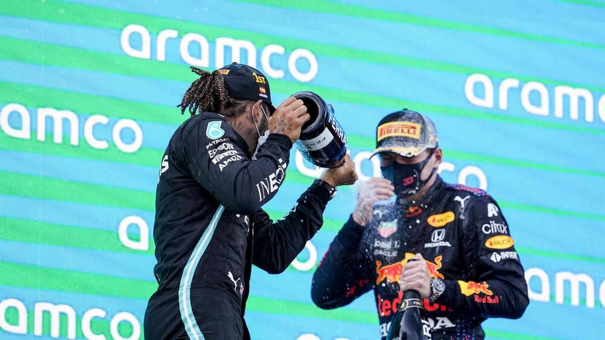 Max Verstappen ist in Barcelona lange auf Siegkurs. Doch die riskante Red-Bull-Strategie geht nicht auf. Hamilton schlägt spät zu. Mick Schumacher überzeugt.
