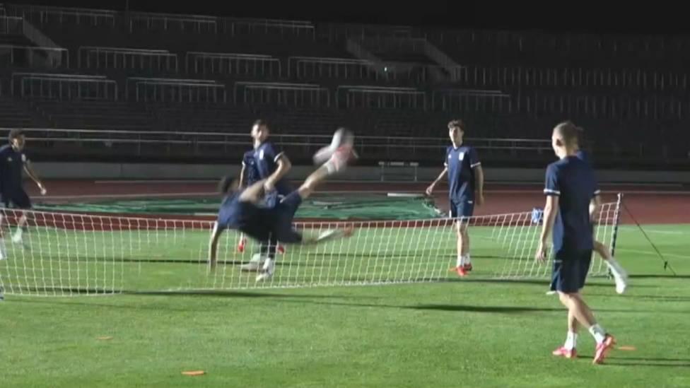 Die spanische Mannschaft bereit sich derweil auf ihren zweiten Auftritt bei Olympia vor. Beim Fußball-Tennis im Training beeindruckt Pedri mit einem Fallrückzieher.