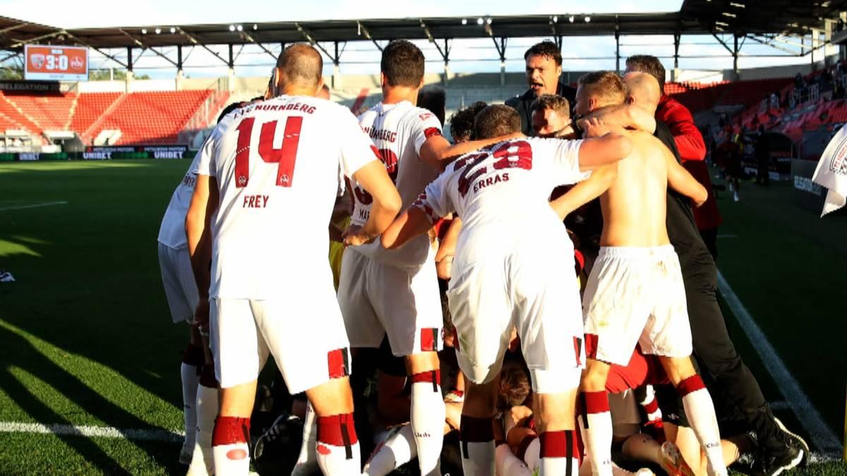 Der 1. FC Nürnberg hat den Absturz von der Bundesliga in die 3. Liga durch einen Treffer von Fabian Schleusener in der Schlussekunde abgewendet.