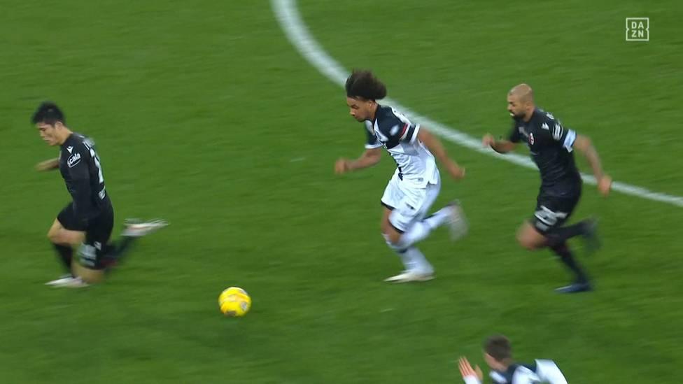 Parma-Neuzugang Joshua Zirkzee vom FC Bayern München feiert beim Spiel gegen Ligakonkurrent FC Bologna sein Serie A-Debüt.