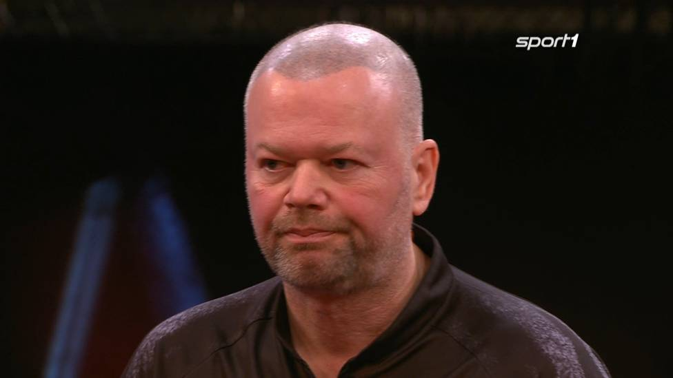 Raymond van Barneveld scheitert bei seinem TV-Comeback an Alan Soutar. Der Niederländer ist bei der 3:6-Niederlage chancenlos.