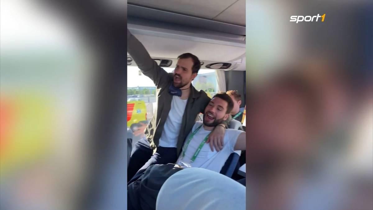 Auch wenn das Spiel um Platz drei verloren geht - das DEB-Team hat eine tolle WM gespielt. Im Bus feiern die Halbfinal-Helden nach dem letzten Spiel.