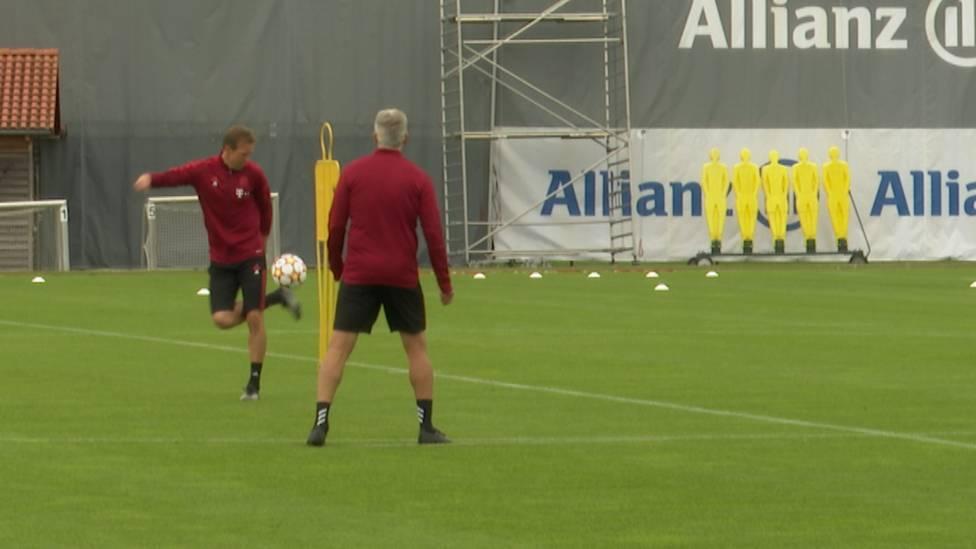Julian Nagelsmann ist im Training vor der Champions-League-Partie gegen Kiew bester Laune. Im Einkontaktspiel mit seinen Co-Trainenr Xaver Zermbrod und Dino Topmöller zeigt der Bayern-Coach sein Ballgefühl.