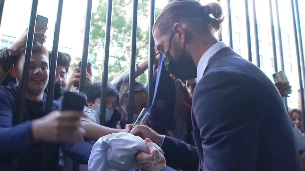 Sergio Ramos wechselt zu Paris Saint-Germain. Bei seiner Ankunft wird der 35-Jährige von den Fans wie ein Superstar gefeiert und frenetisch bejubelt.