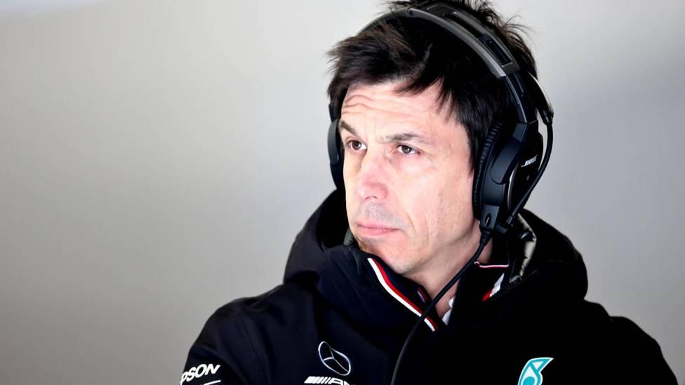Mercedes-Motorsportchef Toto Wolff steigt als Aktionär beim britischen Sportwagengersteller Aston Martin ein.