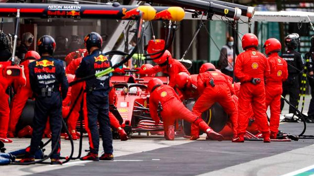 Böser Patzer der Ferrari-Mechaniker. Auf Rang vier liegend kam Sebastian Vettel beim Rennen in Imola in die Box. Doch statt den üblichen gut zwei Sekunden, stand der Bolide 13,1 Sekunden.