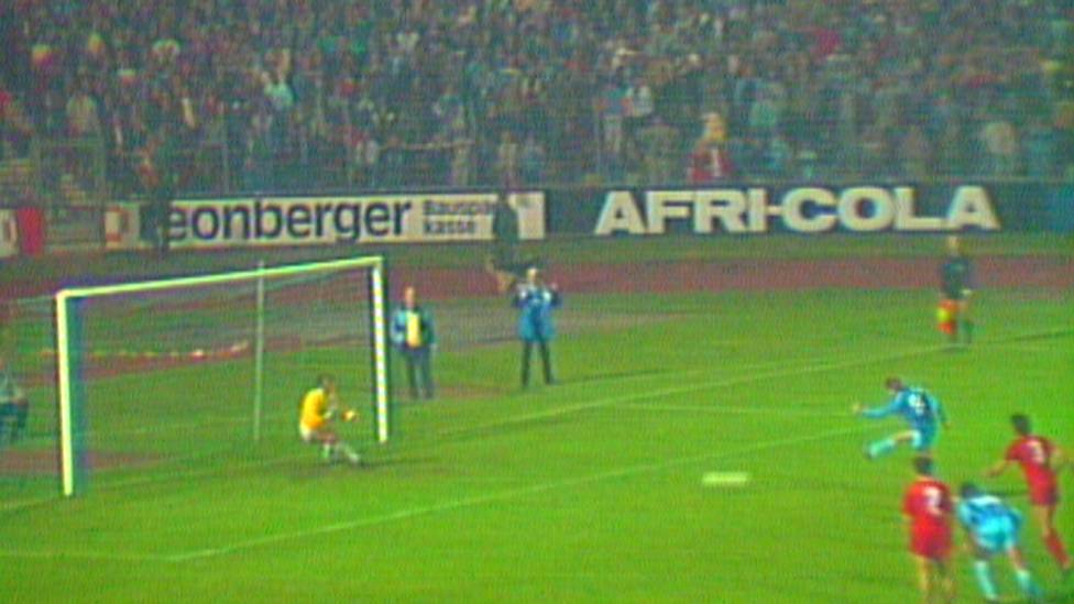 15. April 1987: Im Lokalduell gegen den 1. FC Kaiserslautern bekommt Waldhof Mannheim insgesamt vier Elfmeter zugesprochen - bis heute einzigartig.