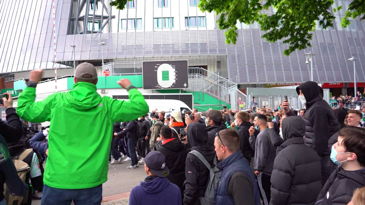 """Werder Bremen steigt nach dem 2:4 gegen Gladbach in die 2. Bundesliga ab. Nach dem Spiel randalieren wütende Fans vor dem Weser-Stadion und skandieren: """"Vorstand raus!"""""""