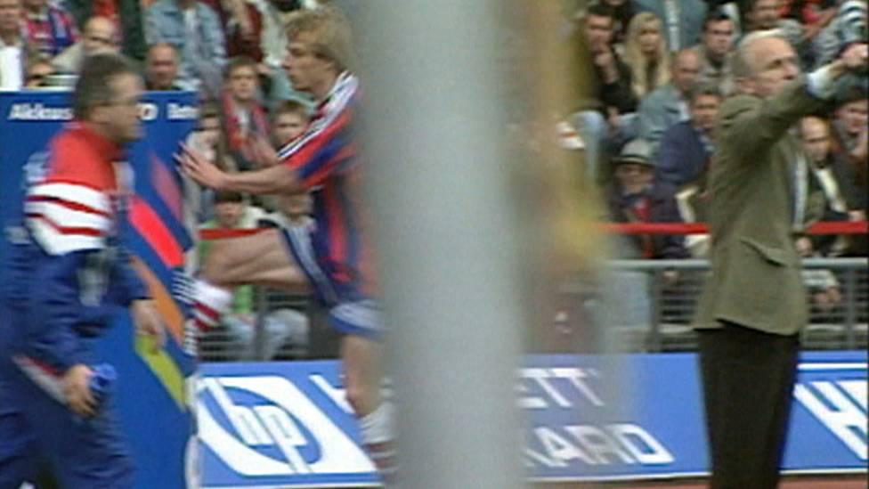10. Mai 1997: Jürgen Klinsmann brennen nach einer Auswechslung beim FC Bayern die Sicherungen durch. Es folgt der legendäre Tritt in eine Werbetonne.