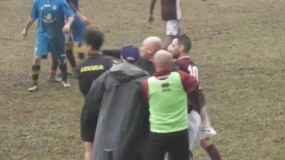 Diese Szene sorgte für einen gewaltigen Skandal in Italiens Amateurfußball: In der siebthöchsten Spielklasse brennen einem Trainer die Sicherungen durch. Die Konsequenz: eine Mega-Sperre.