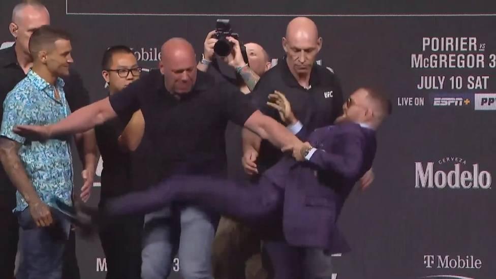 Auf der Pressekonferenz vor dem dritten Fight gegen Dustin Poirier war UFC-Superstar Conor McGregor extrem geladen. Er trat seinen Gegner erst und beleidigte ihn dann aufs Übelste.