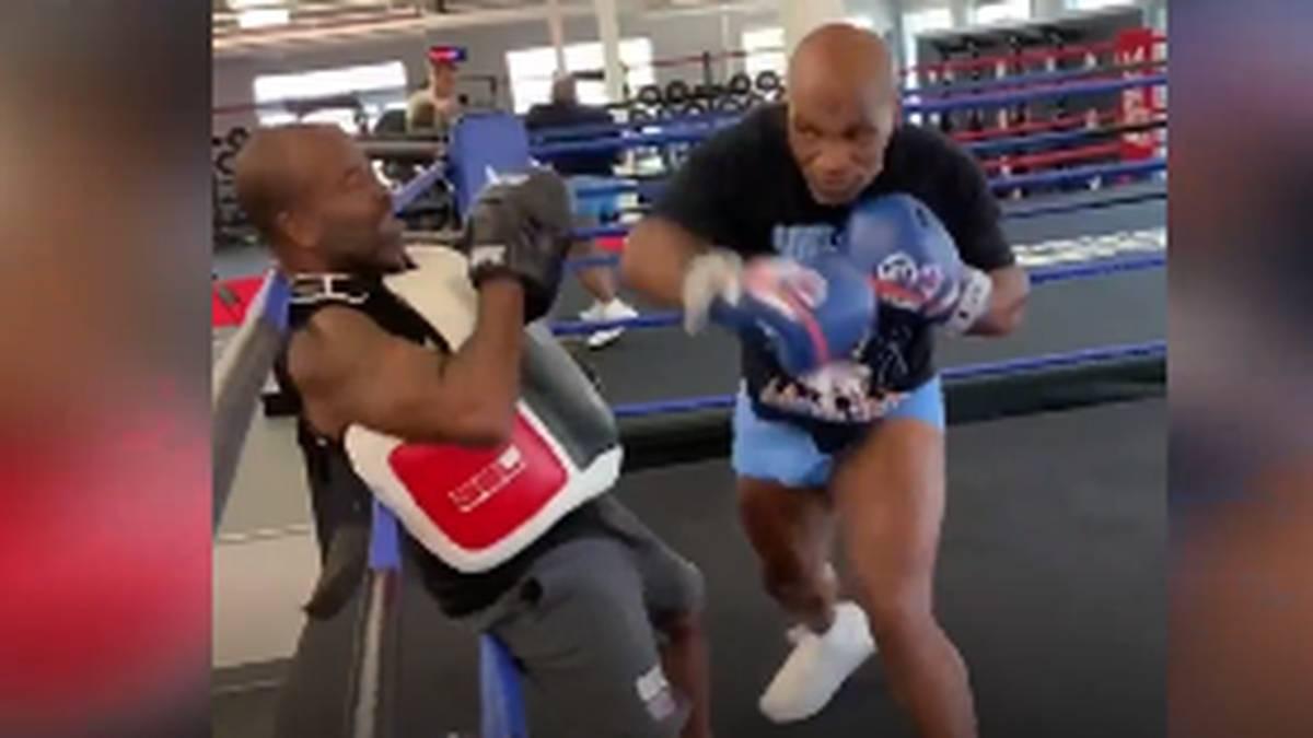 Mike Tyson ist vor seinem Comeback weiter on fire. Nun postet sein Trainer auf Instagram ein Video wie Tyson ihn mit einem Fäustehagel in die Seile haut.