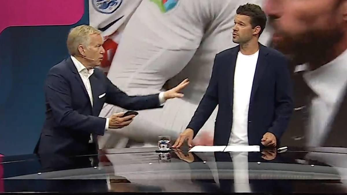 Nach dem umstrittenen Elfmeter für England wird Moderator Johannes B. Kerner bei Magenta TV von einem Bundesliga-Schiri angerufen. Experte Michael Ballack übernimmt ganz cool die Moderation.