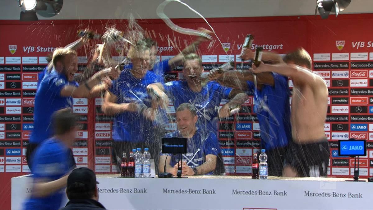 Arminia Bielefeld rettet sich am letzten Spieltag und bleibt der Bundesliga erhalten. Auf der Pressekonferenz folgt für Coach Frank Kramer die obligatorische Bierdusche.