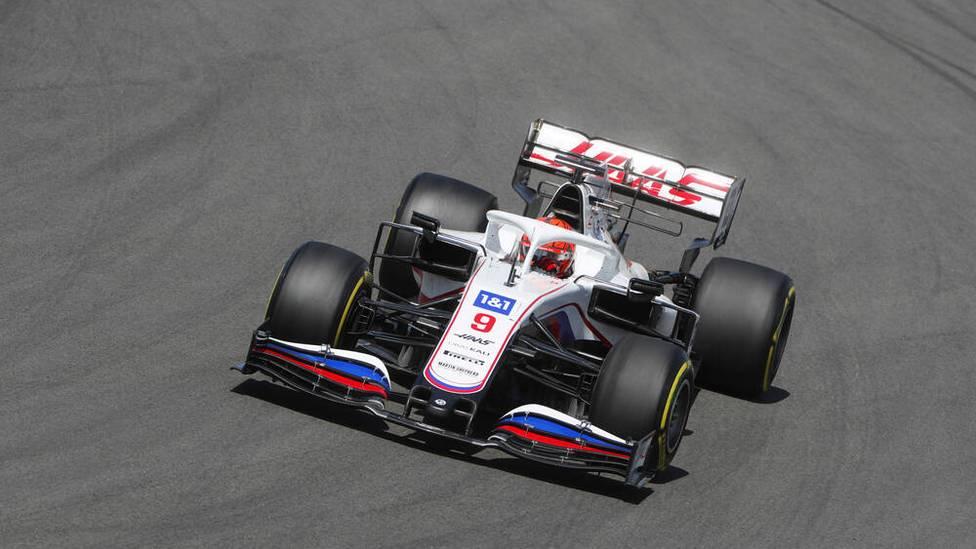 Beim Großen Preis von Portugal fällt Haas-Rookie Nikita Mazepin mal wieder negativ auf. 20 Runden vor dem Ende schnitt der junge Russe Sergio Perez bei einem Überrundungsmanöver den Weg ab.