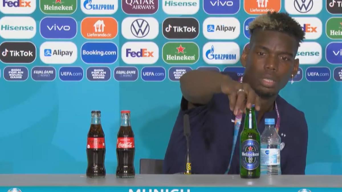 Schon wieder eine Szene, über die sich ein Sponsor nicht gerade freuen dürfte: Paul Pogba stellt auf der PK nach Frankreichs Auftaktsieg die zu Werbezwecken platzierte Bierflasche einfach mal runter.