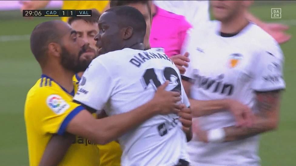 Ein angeblich rassistischer Vorfall gegen Mouctar Diakhaby überschattet die Partie zwischen Cádiz und Valencia. Die Spieler der Fledermäuse verlassen daraufhin den Platz.