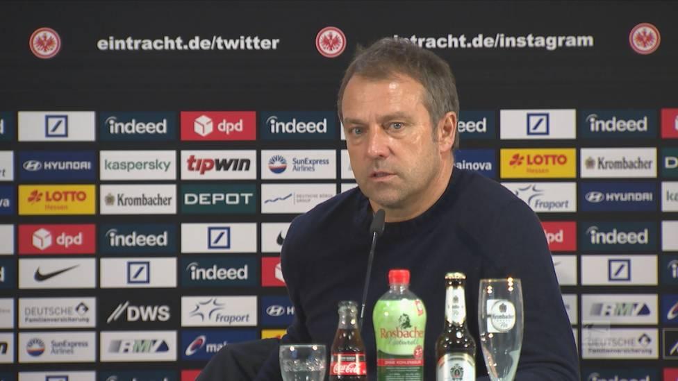 Der FC Bayern muss gegen Eintracht Frankfurt eine bittere Niederlage einstecken. Hansi Flick bemängelt den Rasen im Deutsche Bank Park.