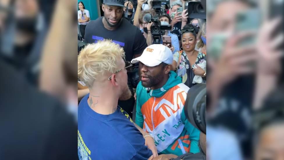 Bei der Pressekonferenz vor dem Kampf von Floyd Mayweather und dem YouTuber Logan Paul rastet der Ex-Champion aus. Grund ist Pauls jüngerer Bruder.