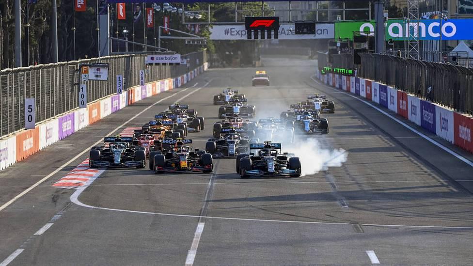 Ein Unfall von Max Verstappen kurz vor Rennende sorgt für Aufregung in Baku. Sebastian Vettel staubt einen Podestplatz ab. Lewis Hamilton patzt folgenschwer.