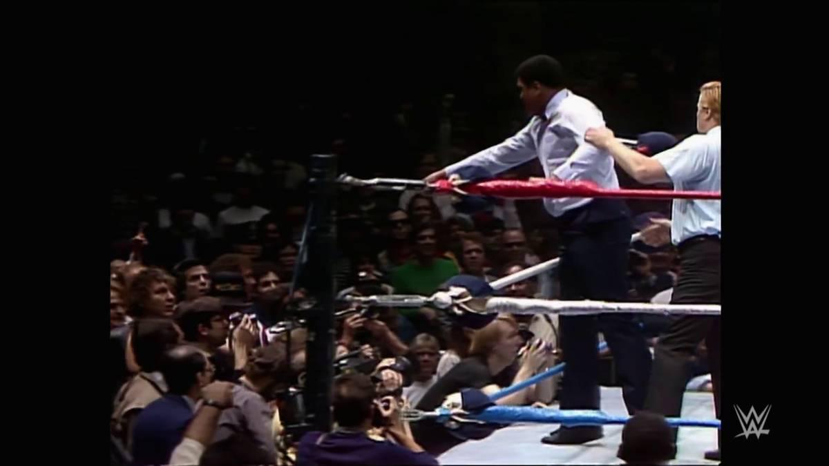 """Zum Tod von Paul Orndorff erinnert WWE an sein berühmtestes Match bei WrestleMania I. Mit dabei: Hulk Hogan, """"Rowdy"""" Roddy Piper, A-Team-Kultstar Mister T - und Muhammad Ali!"""