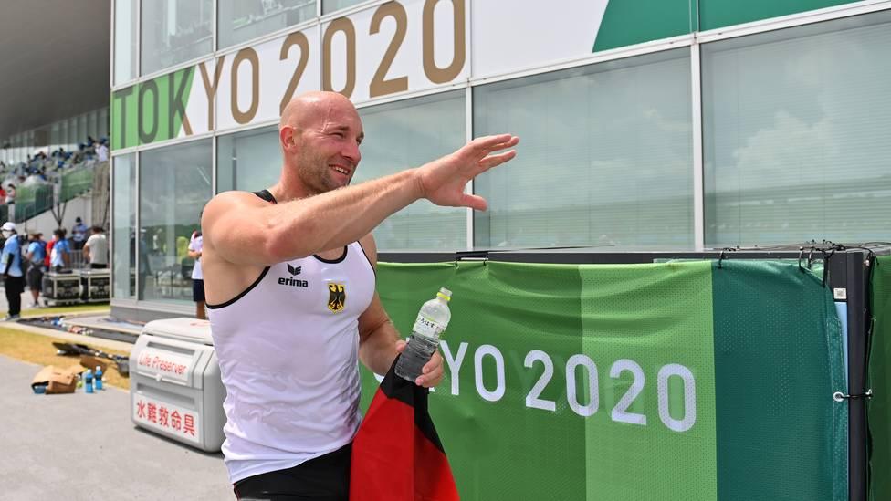 Kanu-Olympiasieger Ronald Rauhe trägt bei der Schlussfeier in Tokio die Fahne.