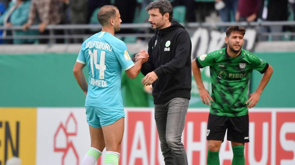 Fußball-Bundesligist VfL Wolfsburg ist nach dem Wechselfehler von Trainer Mark van Bommel der Sieg im DFB-Pokal-Erstrundenspiel bei Preußen Münster nachträglich aberkannt worden.