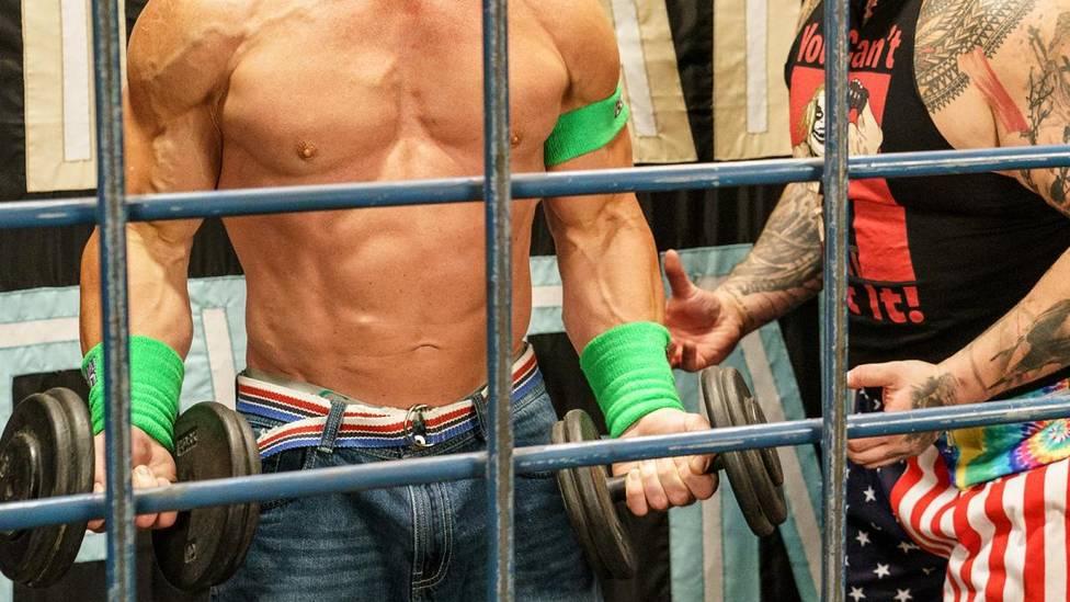 John Cena wird in seinem bizarren WrestleMania-Match von Bray Wyatt in die WWE der Achtziger - und scheint dort nicht mehr Herr seiner Sinne zu sein.