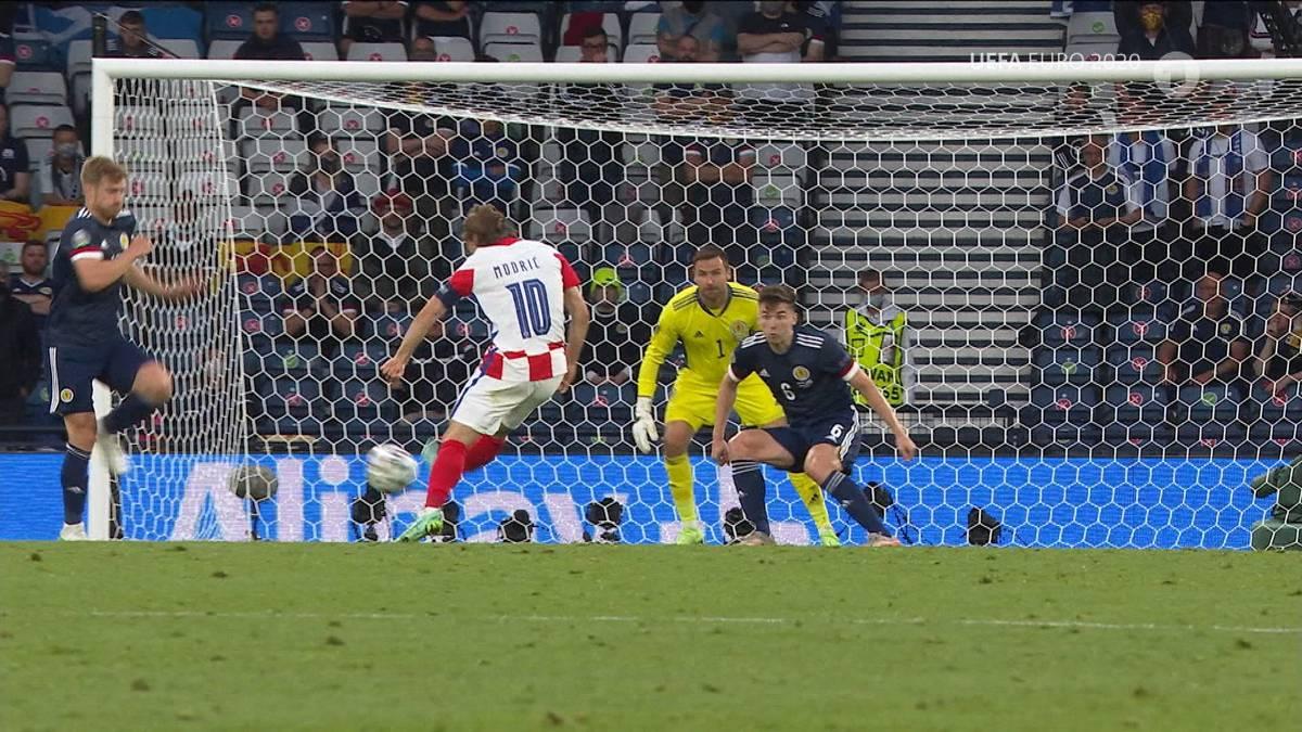Kroatien hat es ins Achtelfinale geschafft. Kapitän Luka Modric holt seinen Zauberfuß heraus und schießt den Vize-Weltmeister per Außenrist zum Sieg.
