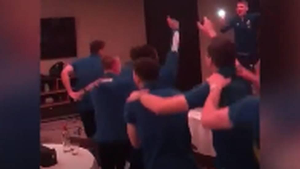 Erstmals seit 22 Jahren fährt Schottland wieder zu einem großen Turnier. Die Spieler der Bravehearts feiern ihr EM-Ticket ausgelassen und dichten ihrem Torwarthelden Marshall einen eigenen Song.