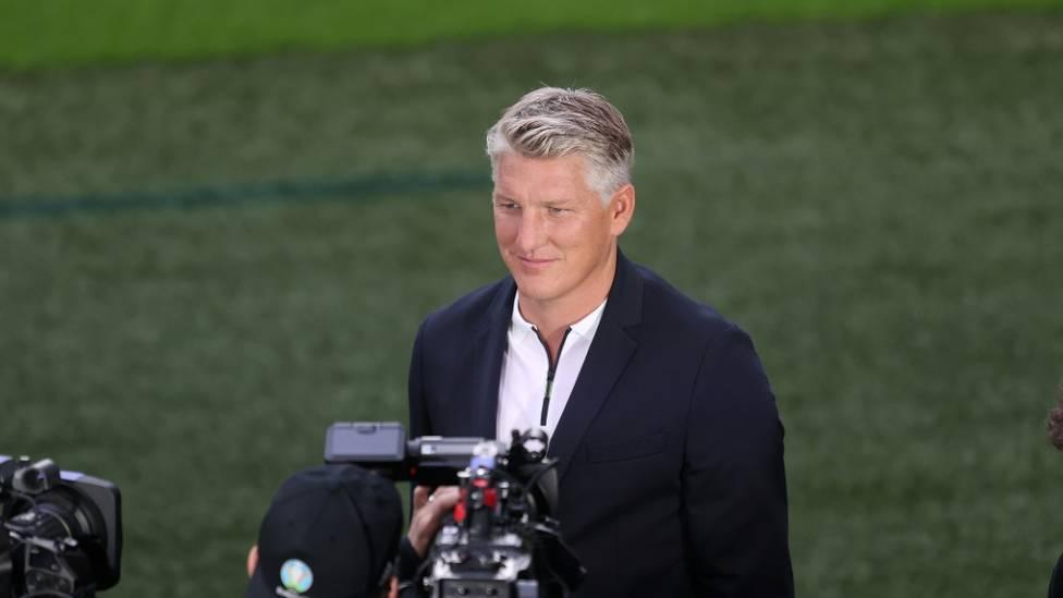 Die ARD setzt die Zusammenarbeit mit Bastian Schweinsteiger fort, obwohl es während der EURO 2020 heftige Kritik am Ex-Profi von Bayern München und Manchester United gegeben hatte.