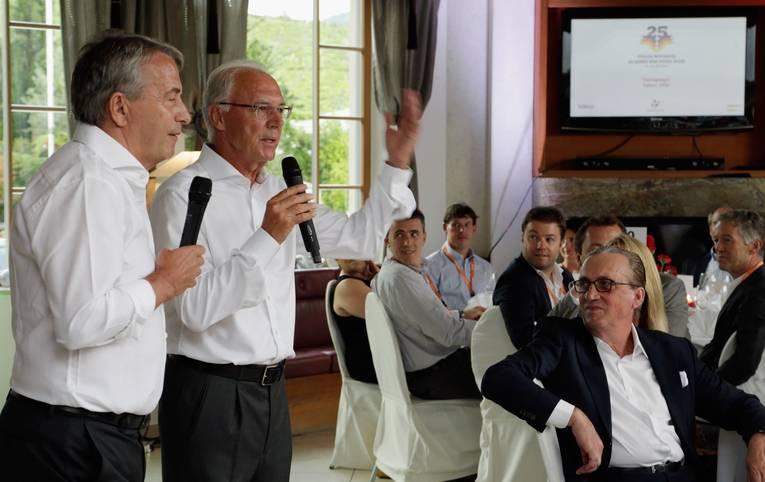 """""""Geht's raus und spielt's Fußball"""", hatte Franz Beckenbauer seiner Mannschaft vor dem WM-Finale 1990 in der Kabine gesagt. Ein heute legendäres Zitat des damaligen Teamchefs. Nicht zuletzt deshalb, weil die DFB-Elf Argentinien knapp mit 1:0 bezwang und so Deutschland den dritten WM-Titel sicherte. Am Mittwoch jährt sich der Triumph von Rom zum 25. Mal - ein trifftiger Grund für die Helden von damals, sich noch einmal zu treffen und das Jubiläum kräftig zu feiern"""