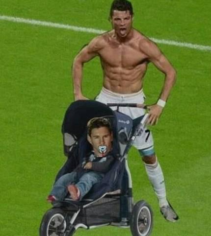 Natürlich darf auch der ewige Vergleich mit Barcelonas Lionel Messi nicht fehlen. Nach diesem Bild zu urteilen, ist das Duell mit dem Argentinier für den Rekordtorschützen aber kinderleicht