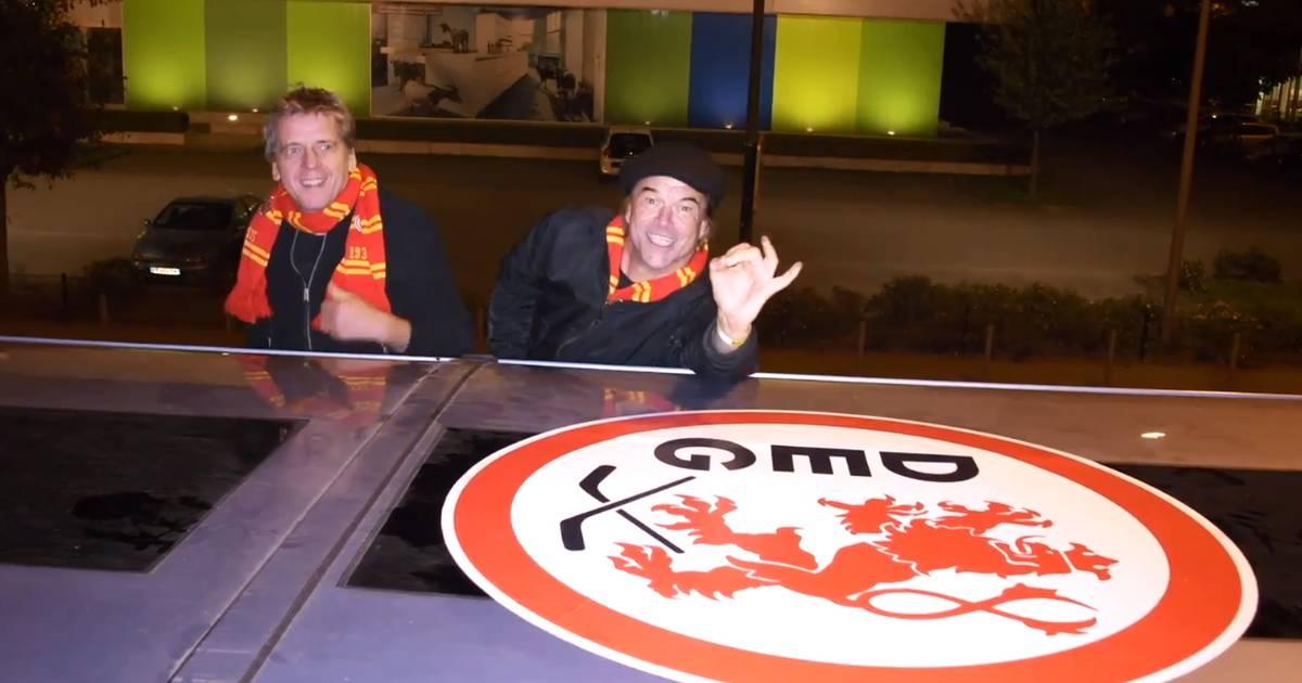 Fans kleben DEG-Wappen auf Köln-Bus