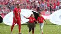 Jerome Boateng (l.) feierte die Meisterschaft auf dem Feld in erster Linie mit seinem Nachwuchs