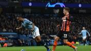 Raheem Sterling (l.) ist bei Manchester City mit einer üblen Schwalbe negativ aufgefallen